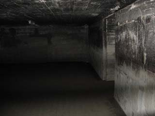 Underground_communication_room,_Hiroshima_(2007_04_14)